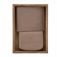 Conjunto americano e bolsa de couro