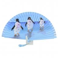 design azul ventilador com três pinguins